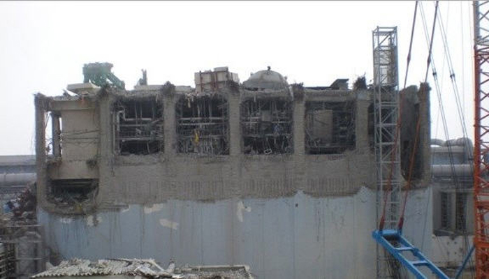 tepco-fukushima-unit4-cover-up-scrub-700w